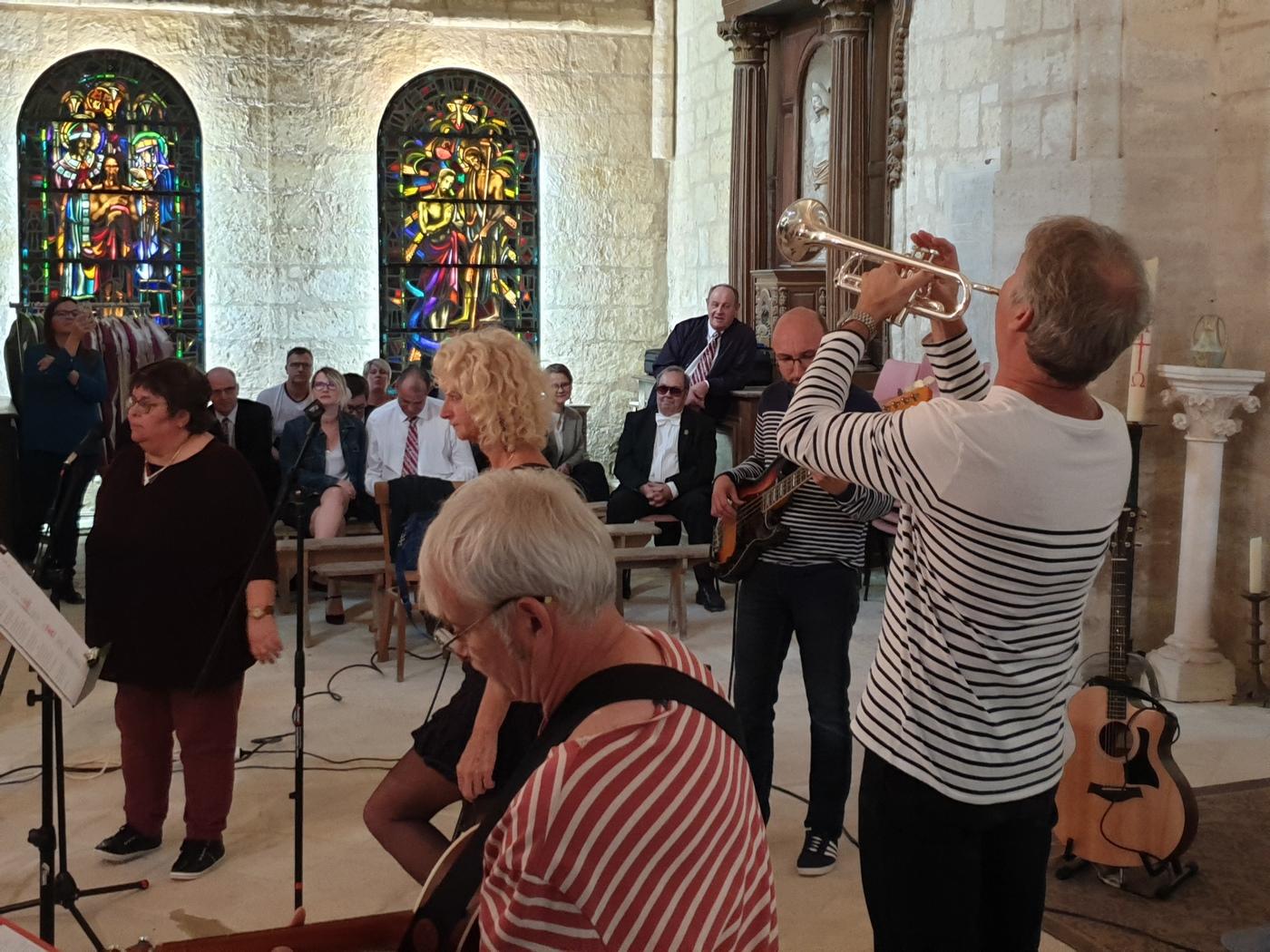 Le groupe CARPE DIEM (En arrière plan les membres de l'orchestre de ST-BRICE-COURCELLES)